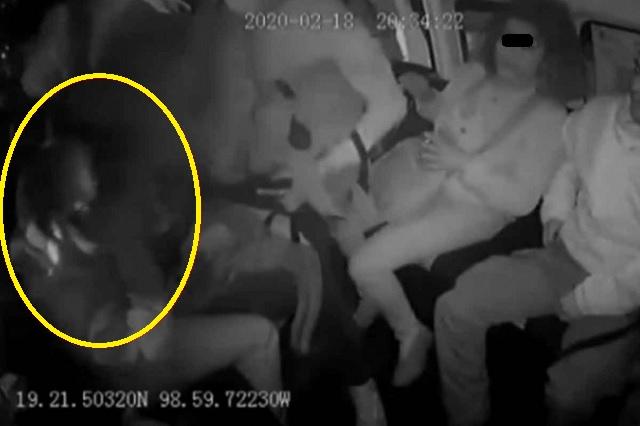Video: Asaltantes reconocen a mujer policía en combi y la golpean