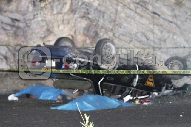 Dos asaltantes mueren al volcar su auto en el Periférico