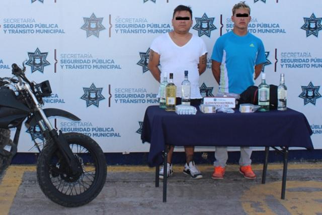 Caen dos asaltantes de tiendas Oxxo en Puebla