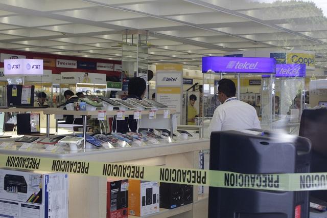 Rompe vitrinas y se lleva celulares de Coppel en el Centro de Puebla