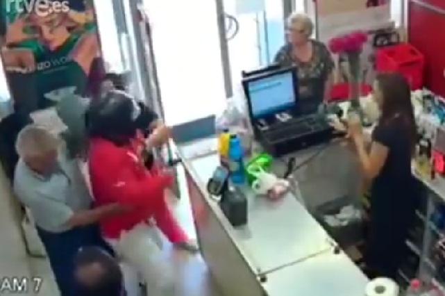 Video Viral: Una mujer y un jubilado frustran un asalto