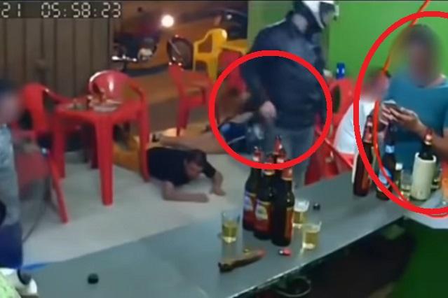 Asaltan bar y cliente ni se entera por estar en WhatsApp (VIDEO)