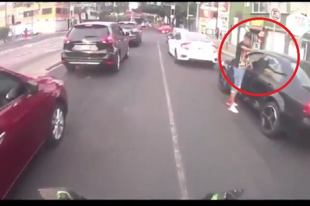 VIDEO: Graban cómo 2 sujetos asaltan a conductor en CDMX