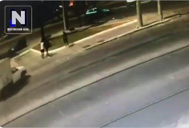 Fuerte video: Conductor arrolla a sujetos que acusa lo habían asaltado