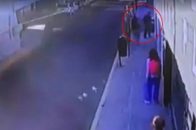 Video. Universitaria se defiende de asalto con pistola de descargas