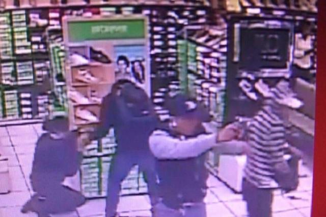 A punta de pistola asaltan otra vez Coppel de Xilotzingo