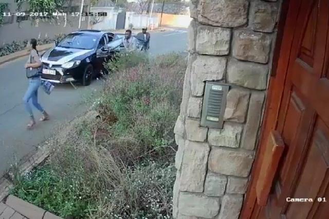 VIDEO Asaltantes golpean y arrastran a mujer pero ella no suelta su bolso
