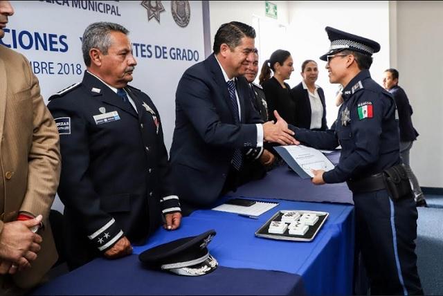 Entregan ascensos de grado 104 policías municipales de Puebla