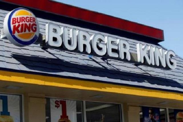 Asesina a empleado por demorar en traerle una hamburguesa