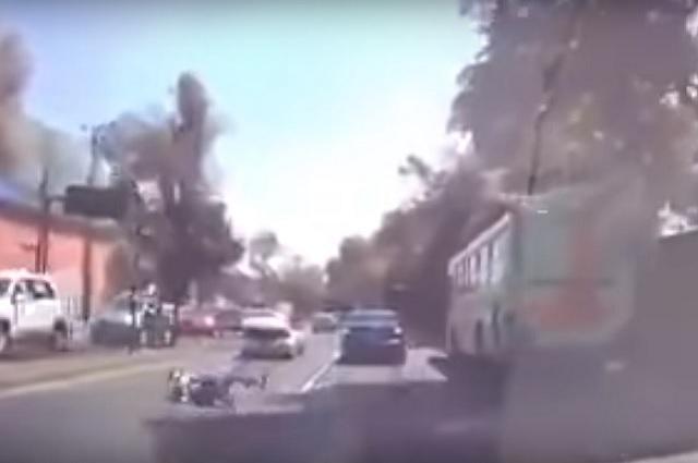 Graban a hombre que salta de la cajuela de un vehículo y escapa de secuestradores