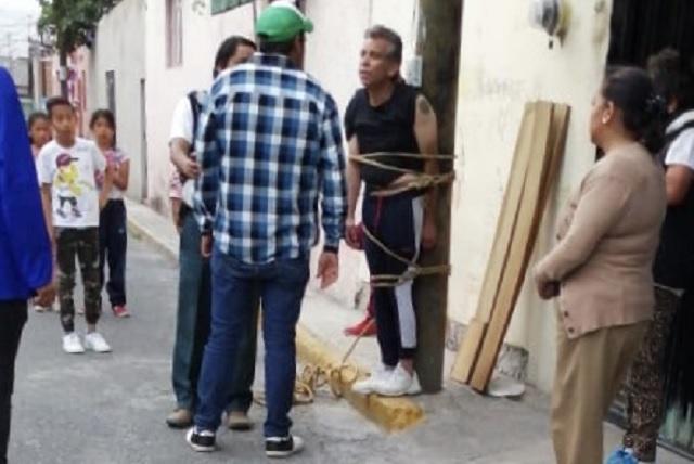 Atan a un poste a presunto ladrón en San Baltazar