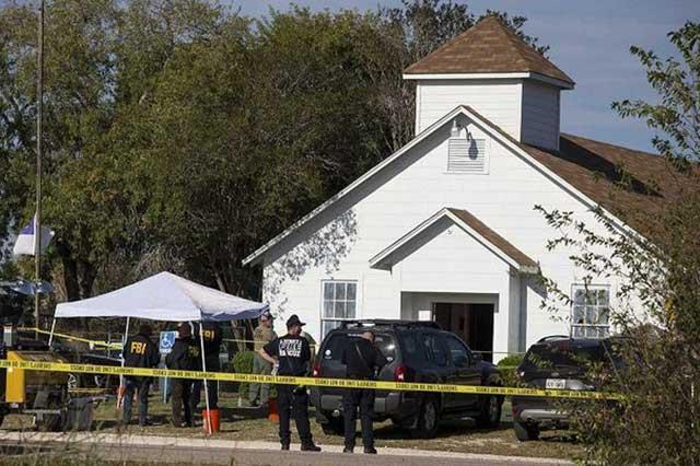 Un hombre vestido de negro entró a iglesia de Texas y mató a 26 personas