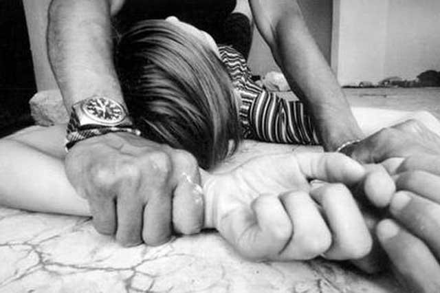 Una joven muerde al sujeto que la quería violar y logra escapar