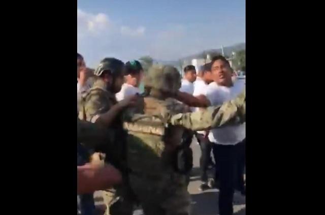 Manifestantes atacan a pedradas y patadas a militares en Jalisco