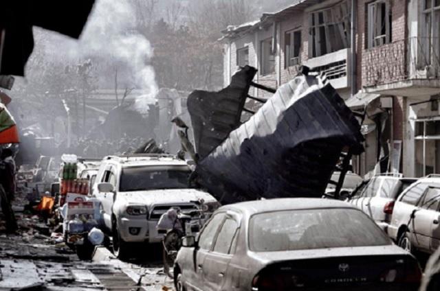 Ataque suicida con coche bomba mata a 95 personas en Kabul