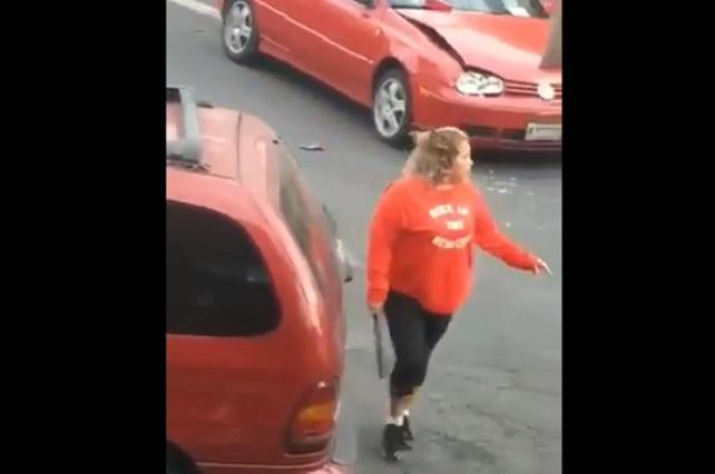 Graban a mujer que destroza auto de una joven por un incidente de tránsito