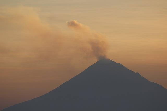 Esperan caída de ceniza por 7 horas de tremor en el volcán