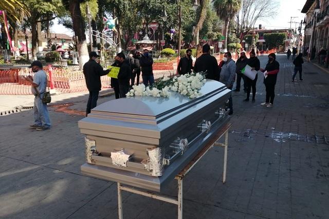 Con cortejo fúnebre concientizan uso del cubrebocas en Huauchinango
