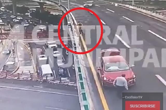 Hombre cae de Periférico en Edomex y es arrollado por auto