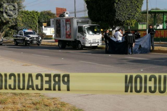 Arrolla camión repartidor a hombre y lo mata en Tehuacán