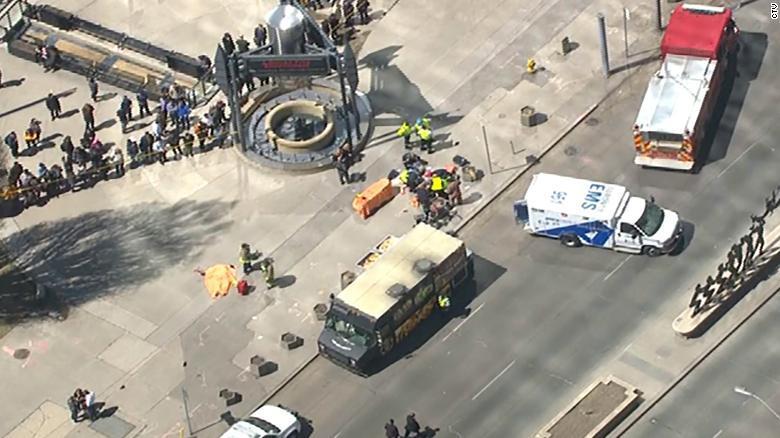 Camioneta atropella a multitud en Toronto y lesiona a 10 personas