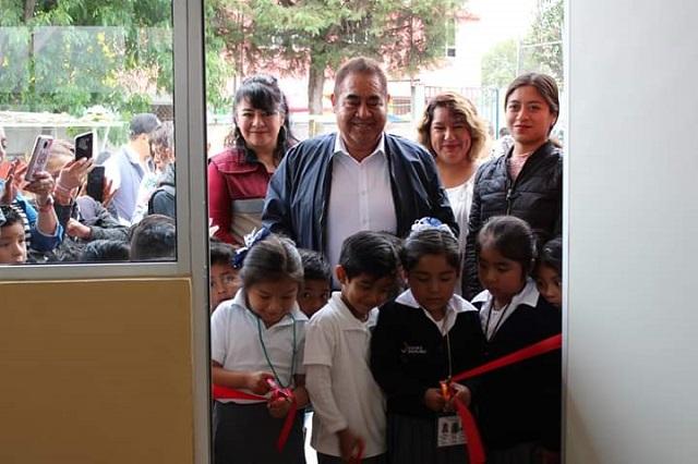 Entrega Mario de la Rosa aulas en preescolar de Amozoc