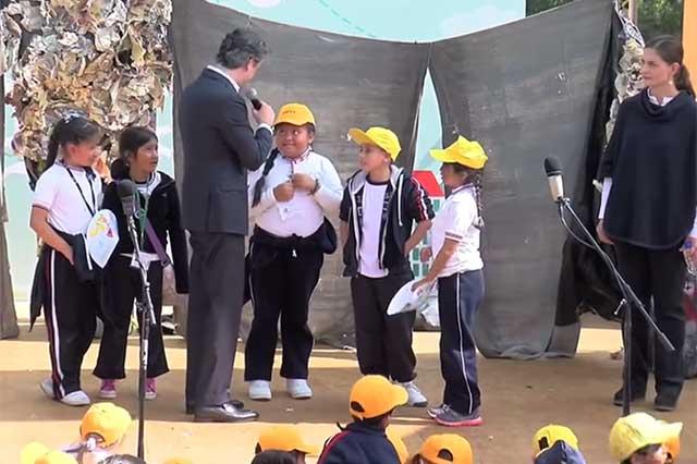 Una niña de primaria corrige a Nuño y le explica que se pronuncia leer, no ler