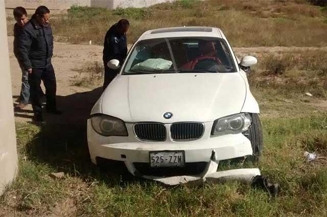 Un auto BMW cayó desde el puente del Periférico