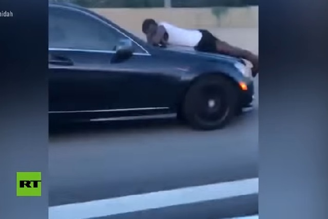 Video: Hombre viaja a 110 km/h sobre el cofre de un auto en autopista