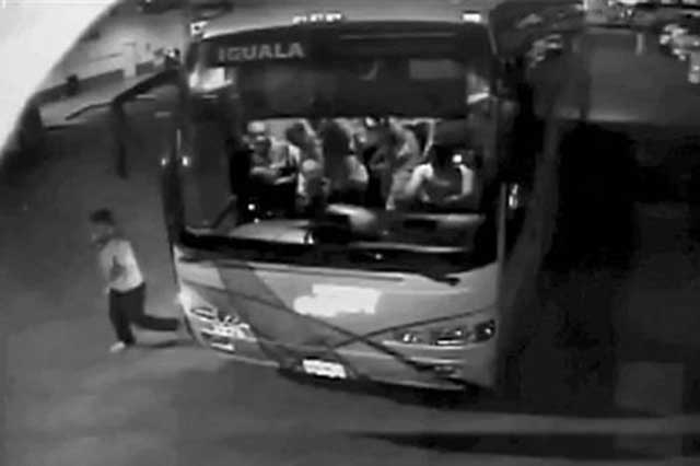 Reporte de la DEA revive la hipótesis del quinto autobús en el caso Ayotzinapa