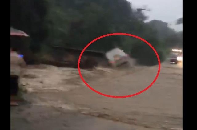 Video: corriente de agua arrastra camión con pasajeros