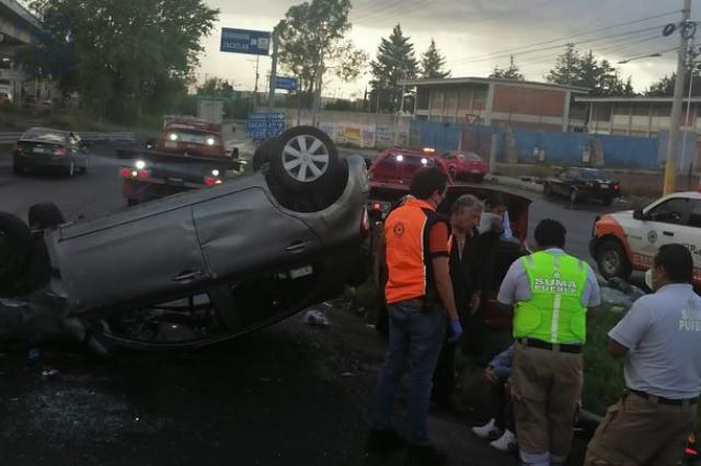 Automovilista se salva tras volcadura en la México-Puebla