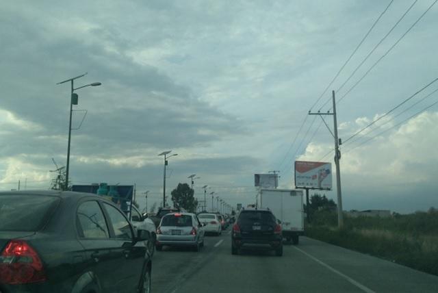 Padecen automovilistas acceso a medias en Periférico y Santa Clara