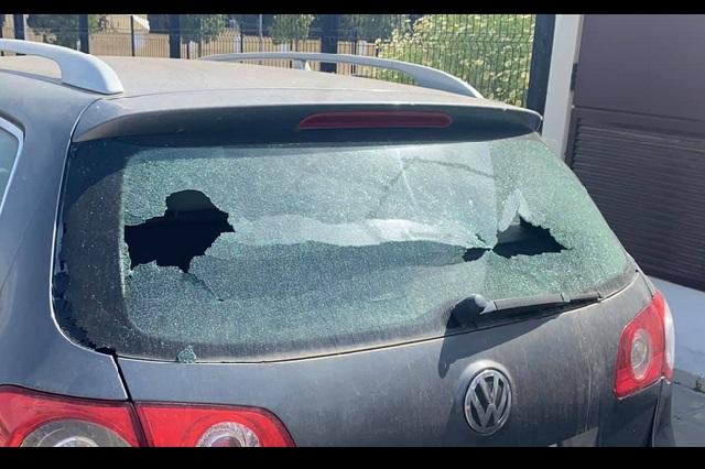 Niño rompe el cristal de un auto y deja una nota para pagar por los daños