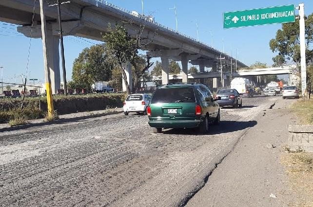 Lucen como terracería las laterales de la autopista a México