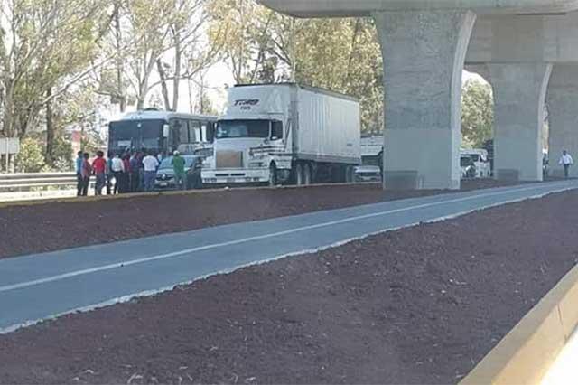 Detienen más de una hora tránsito en la autopista México-Puebla