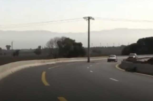 Riesgo mortal: Construyen autopista y dejan poste de luz en el camino