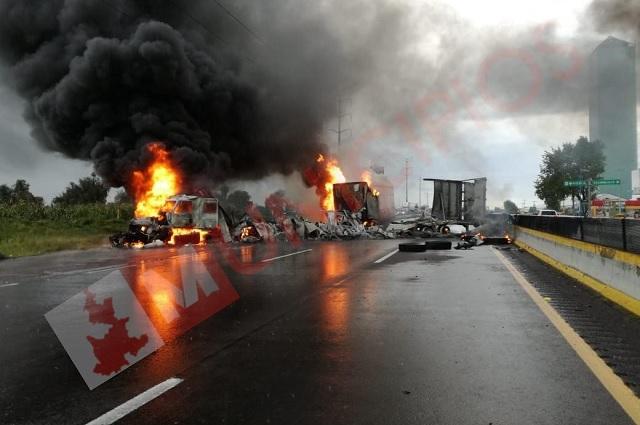 Huachicoleros cierran autopista a la CDMX y queman unidades