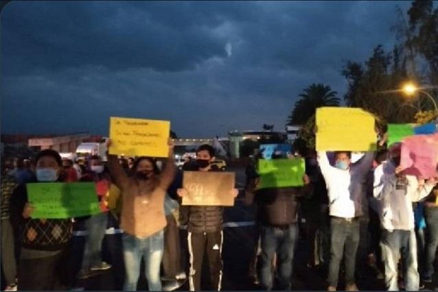 Con bloqueo en la autopista, exigen regreso del tianguis de Texmelucan
