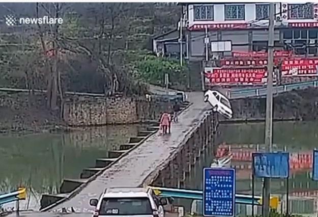 Video: Conductor se distrajo con celular y terminó con su auto en un río