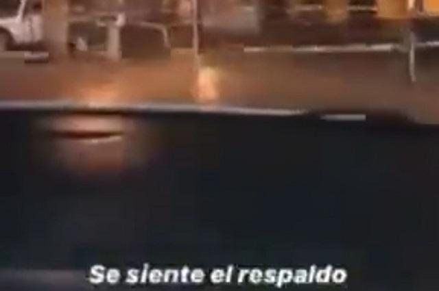 Jóvenes en auto rompen acordonamiento del zócalo en Atlixco