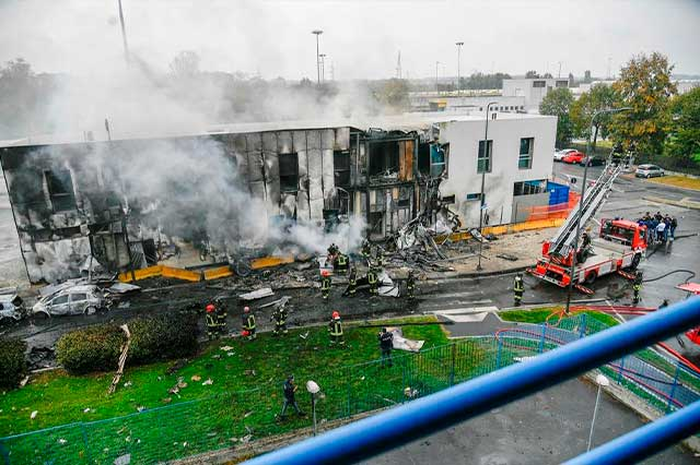 Choca avión en edificio de Milán; suman 8 personas muertas