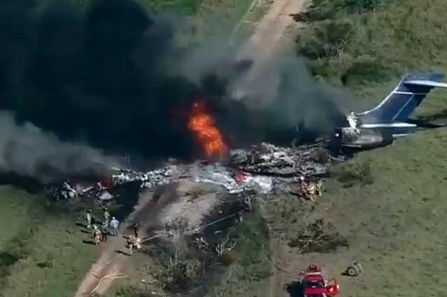 Avión con 21 personas cae en Texas; sólo hay un herido