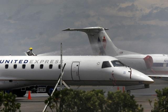 Piloto se quita uniforme en pleno vuelo y se va a dormir