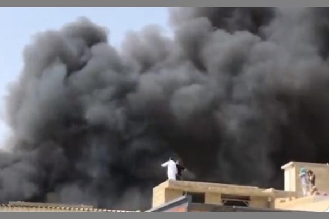 Videos: Avión se estrella cerca de un aeropuerto en Pakistán