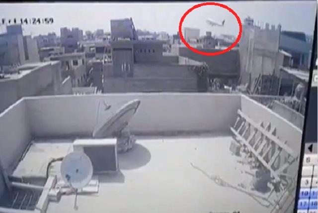 Video: Captan momento en que avión va cayendo e impacta en Pakistán
