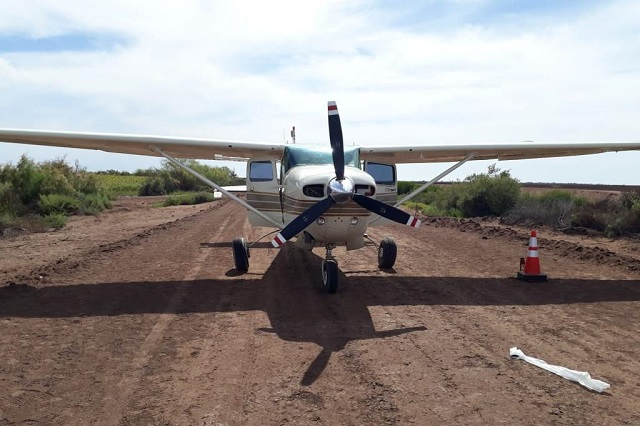 Hallan en Sinaloa avioneta abandonada con 429 kilos de marihuana