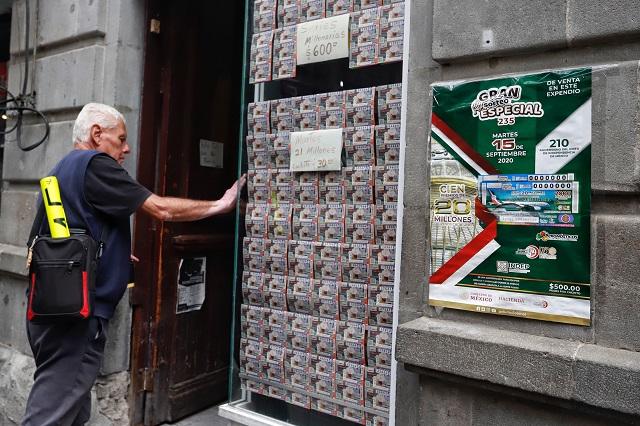 Escuelas de Puebla le pegan al gordo en rifa de avión presidencial