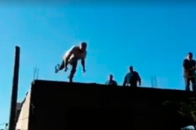 Captan en video a un hombre que se aventó de un segundo piso