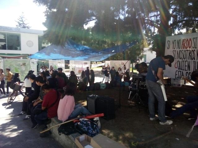 Estudiantes BUAP conmemoran desaparición de los 43 normalistas
